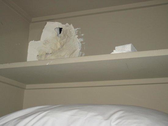 HOTEL FRANCE EIFFEL : hole in wall.