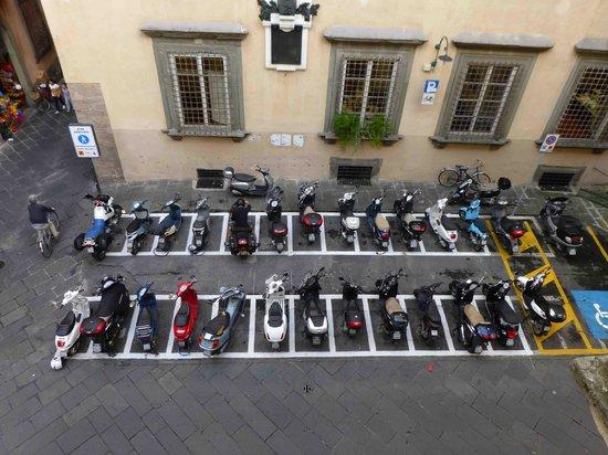 Palazzo Tucci: Le parking sous les fenêtres