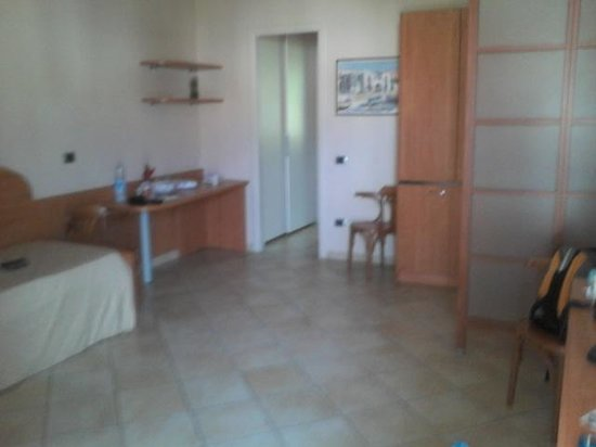 Residence Hotel La Giara : ampio soggiorno con cucina
