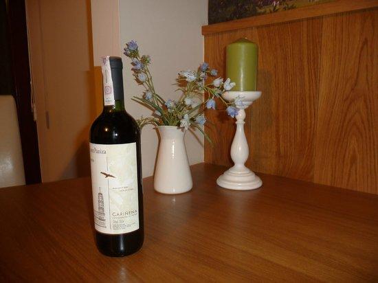 ParkSide Apartments : Bottle of wine (present)