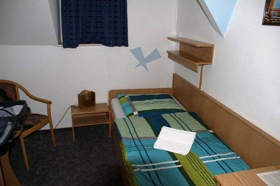Rathaus-Hotel Johstadt: Kleines Zimmer mit winzigem Bad