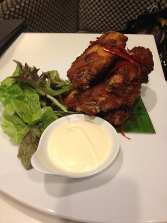 Crowne Plaza Melbourne: chicken wings lobby bar