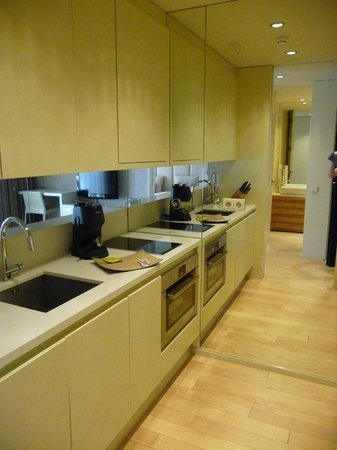 Serviced Apartments Boavista Palace: Kitchen and a partial view of the dinning room
