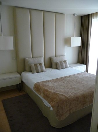 Serviced Apartments Boavista Palace: Bed and a part of the window to the terrace