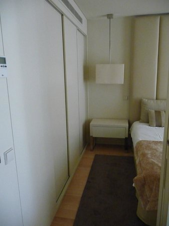 Serviced Apartments Boavista Palace: View of the side of the bed and the lockers