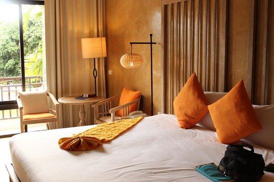 Mercure Samui Chaweng Tana Hotel: Chambre lumineuse et lit kingsize
