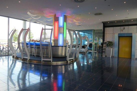INNSIDE Bremen Hotel: The reception area.