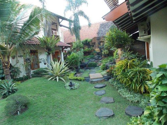 Duta Guest House: Garden