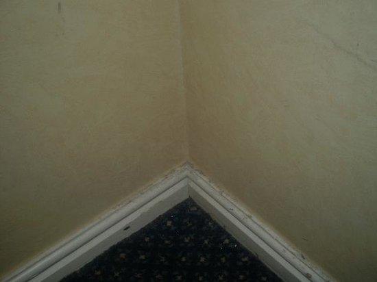 Britannia Wigan Hotel: wardrobe area