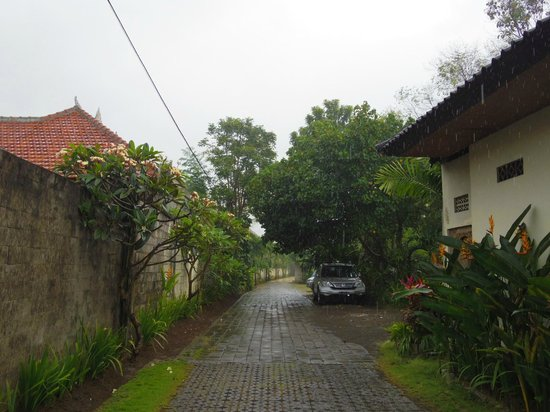 Sayang Sanur Terrace House: レセプションから部屋までの道