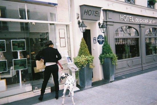 Rue Cler : クレール通りのプチホテルの前で