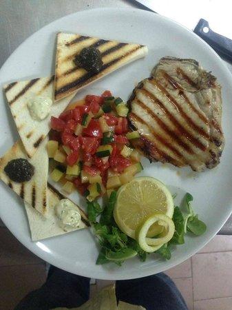 Trattoria e Pizzeria Il Castello: bistecca di maiale con tartara di verdure