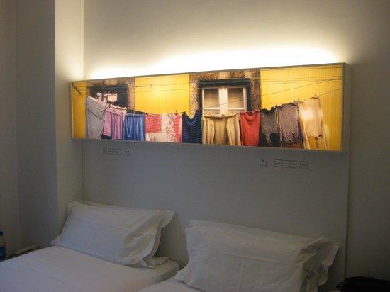 Hotel Gat Rossio : Leuchtkasten über dem Bett
