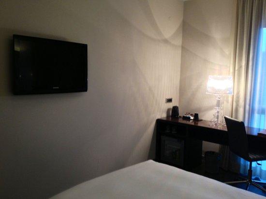 Hotel Franz: L'angolo tv e scrittoio con free frigobar e bollitore con thé e caffè nella camera 206