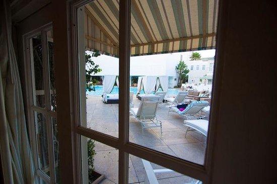 The Beverly Hilton: POOL DECKルームは直接プールに出られます