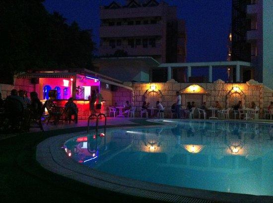 Asli Hotel: Pool & bar by night