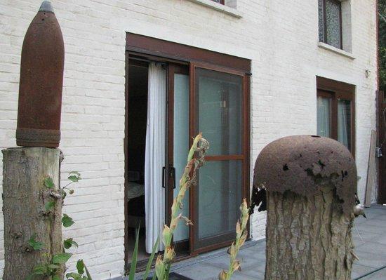 The Protea Bed & Breakfast: Slaapkamerdeur vanuit tuin