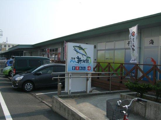 Numazu Minato Shinsenkan: 入口前には無料駐車場があります。午後から夕方にかけての方が空いています。