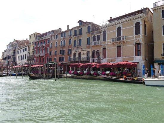 Hotel Marconi : foto del hotel tomada desde el puente de Rialto