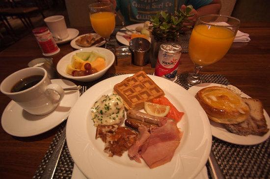 The Beverly Hilton: 朝食。エッグベネディクトあったのが嬉しかった