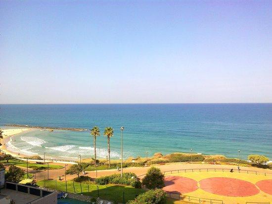 Ginot Yam Hotel : Вид с террасы налево