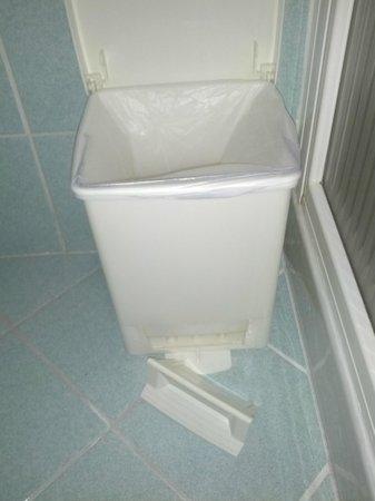 Hotel Lo Zodiaco: cestino bagno con pedale rotto