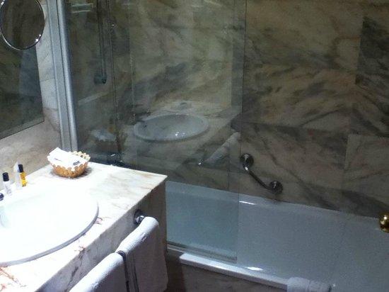 Monica Hotel: Bathroom