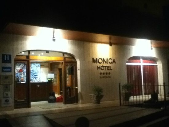 Monica Hotel: Entrance