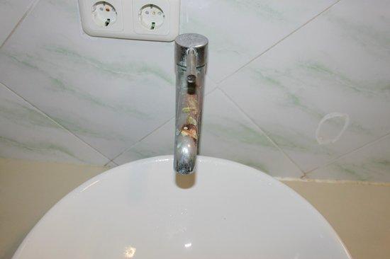 Padang Bai Beach Resort: le robinet qui coule de biais