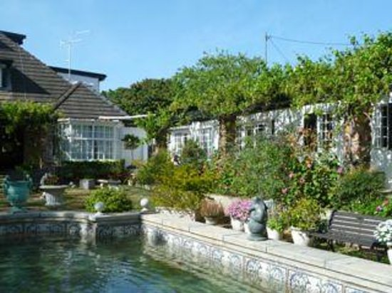 Forest Hall Guest House: lovely gardens and pool