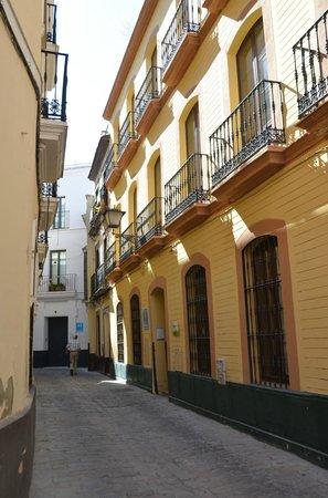 SleepinSevilla Apartamentos Quiros: Calle Quiros met aan het einde links de appartementen van SleepinSevilla