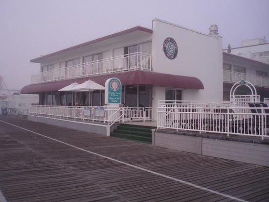 Cafe Beach Club: Boardwalk friendly.