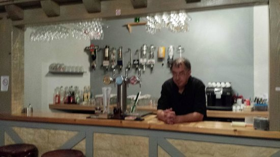 Au Petit Gourmand: Le bar et son patron (flou désolée)