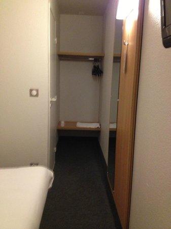 B&B Hotel SAINT-MALO Centre: armadio e porta bagno