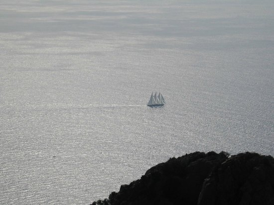 Massif de l'Esterel : Voilier au large du Cap Roux