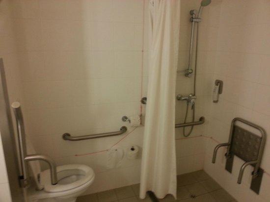 Hotel Ibis Lisboa Jose Malhoa: quarto para deficiente fisico