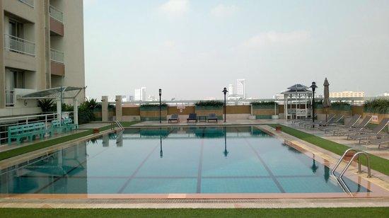 Evergreen Place Bangkok: Pool im 8. Stock