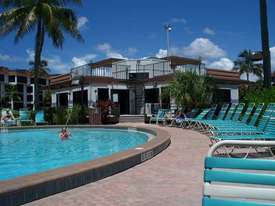 Pointe Santo de Sanibel: Pool area with clubhouse
