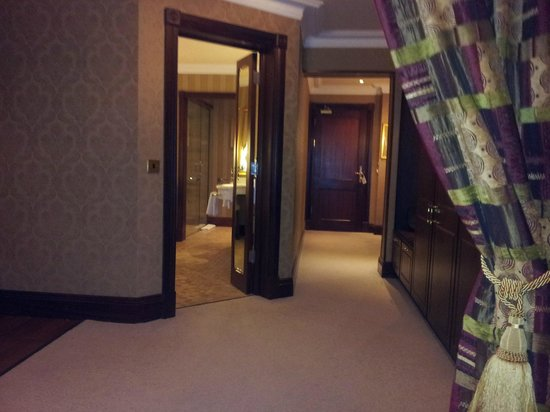 Harvey's Point : View of Executive Suite towards door
