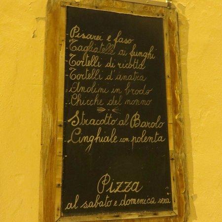 Trattoria Locanda San Pellegrino: il menù del giorno esposto accanto all'ingresso