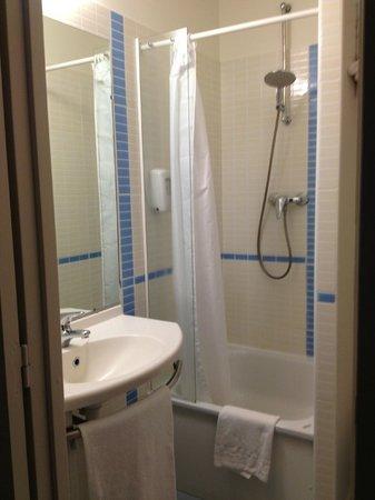 B&B Hôtel Vannes Ouest Golfe du Morbihan : bathroom3 -shower
