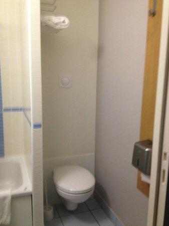 B&B Hôtel Vannes Ouest Golfe du Morbihan : bathroom2 -wc