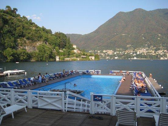 Villa d'Este: Piscina flutuante (no Brasil o IBAMA não permitiria...)