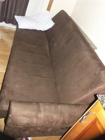 Hyde Park Suites: Le canapé lit fermé
