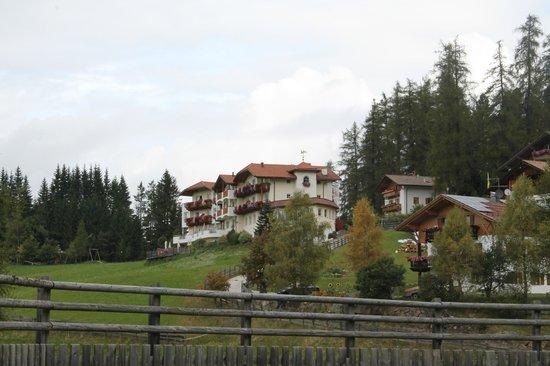 Hotel Maria: Esterno Hotel lato valle.