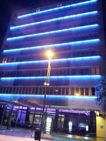 Sirenis Hotel Goleta & Spa: Esterno hotel di notte