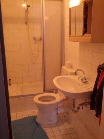 Astoria Hotel: Das Badezimmer. Beim Schrank fehlt eine Tür