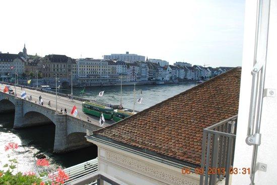 Hotel Merian am Rhein : De  brug met trams, zó de stad in