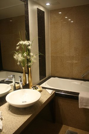 Savoy Boutique Hotel: A spa-like bathroom
