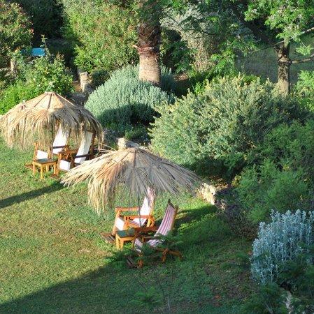 Emel Pension : zicht op de tuin vanaf het balkon